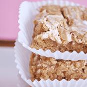 Fluffer Nutter Blondies | www.somethingswanky.com Recipe from @cookiesandcups