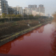Río se tiñe de rojo