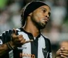 Así se molesta Ronaldinho con un compañero que... ¡intentó darle un pase!