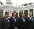 Y en la imagen del día... líderes del Senado de paseo por la Alameda
