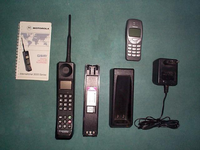 Motorola International 3200 comparado con un Nokia 2G.