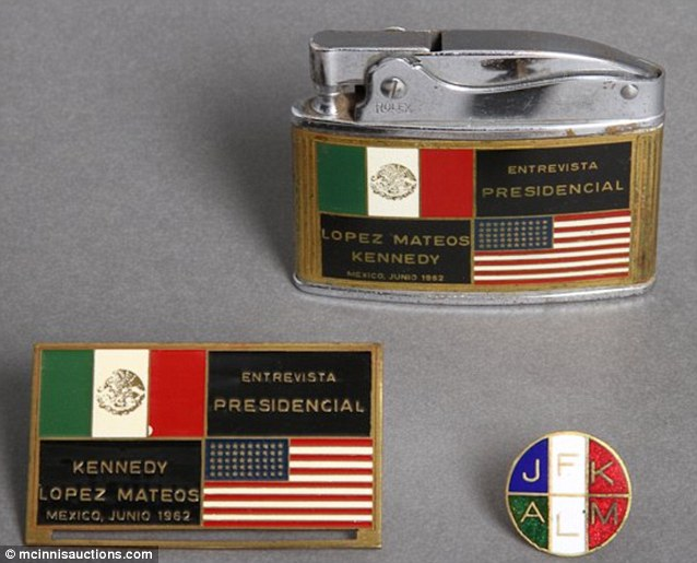 Extraño encendedor conmemorativo de la visita de Kennedy a México.
