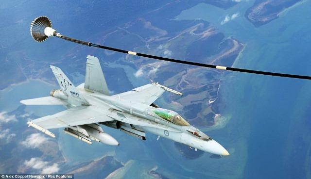 El reabastecimiento de combustible en el aire es una de las acciones más difíciles para un piloto.