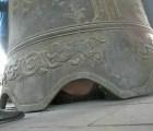 Y en la nota idiota del día...turista queda atrapado debajo de una campana