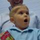 ¡Increíble! Niño escucha por primera vez la voz de sus padres