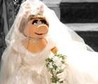 Vivienne Westwood le diseña vestido de novia a Miss Piggy
