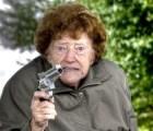 Anciana intenta asaltar tienda, pero resbala y es atrapada