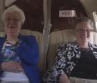 La conmovedora reacción de dos ancianas que vuelan por primera vez