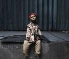 No creerás la perturbadora forma en que maltratan a estos monos con cara de muñeca