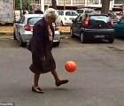 Y con ustedes... la abuelita futbolera