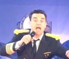 Video: Robbie Williams se cae del escenario y le rompe el brazo a una fan