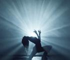 """Grimes estrena el video de su canción más popera, """"Go"""""""