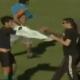 Video: El robo de unos aficionados a jugador en plena cancha