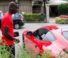 Mario Balotelli y su Ferrari F12 Berlinetta para ir a los entrenamientos