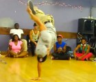 Con sólo una pierna, este chico muestra cómo se baila Break dance