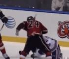 Jugador de hockey azotó la cabeza de un rival contra el hielo