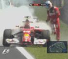 El momento en que el auto de Fernando Alonso se incendió
