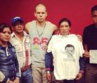 Calle 13 subió al escenario a normalistas de #Ayotzinapa