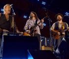 ¡Ups! Bruce Springsteen y Dave Grohl tocaron canciones de protesta para audiencia de soldados