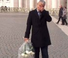 Hombre que intentó asesinar a Juan Pablo II visita tumba del Papa
