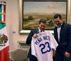 El jersey de los Dodgers que Adrián González le dio a EPN (+ reacciones)
