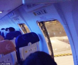 24A1B53A00000578-2906436-Two_passengers_aboard_a_flight_in_China_have_been_jailed_after_o-a-29_1421066559279