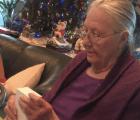 Así reaccionó esta abuelita al recibir un iPhone de regalo