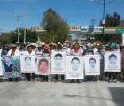 Marchan padres de los 43 desaparecidos en la Autopista del Sol