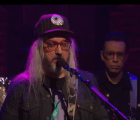"J Mascis interpretó ""Fade Into You"" de Mazzy Star en el programa de Seth Meyers"