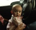 Padre amarra a su bebé al volante