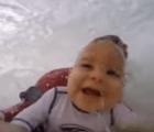 El polémico bebé surfista