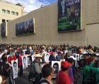 Padres de normalistas desaparecidos protestan en Televisa