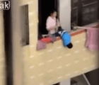 Para regañarlo, mujer cuelga a su hijo por el balcón en China