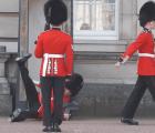 #EpicFail La caída de un Guardia del Palacio de Buckingham