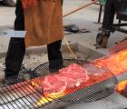 ¿Asar carne con carbón? ¡No! Lo de hoy es con lava