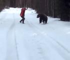 Iba a ser atacado por un oso, pero lo espantó con un grito
