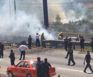 Se estrella avioneta sobre la autopista México-Querétaro, hay 5 muertos