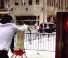 EpicFail: Reportero muestra su habildad con el hacha... le falla tino