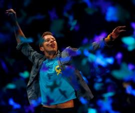 """Coldplay's lead vocalist Chris Martin performs on stage during the band's world presentation of their new album """"Mylo Xyloto"""" at Madrid's Las Ventas bullring"""