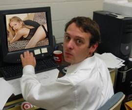 hombre viendo porn