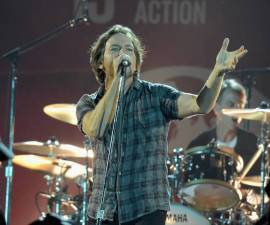 Eddie Vedder expulsa a fan que molestaba a una mujer