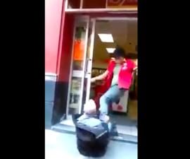 video-oxxo-golpea-anciano-por-robar-encargado-cajero