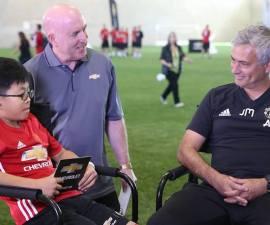 José Mourinho en convivencia con niño