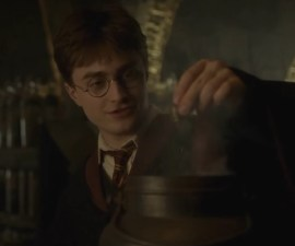 Harry Potter creando pociones