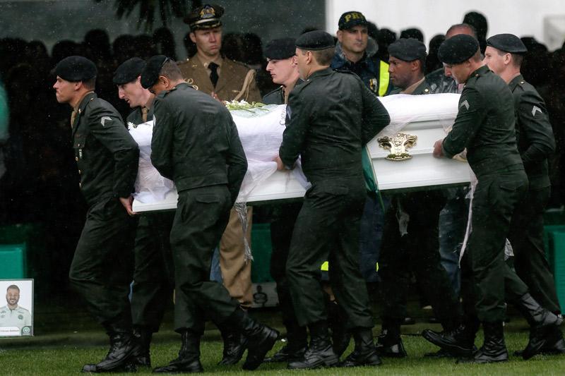 Militares brasileños trasladan el feretro de un jugador del Chapeconese