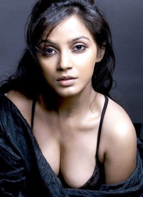 Neetu Chandra stills Sexy south indian actress cleavage photos