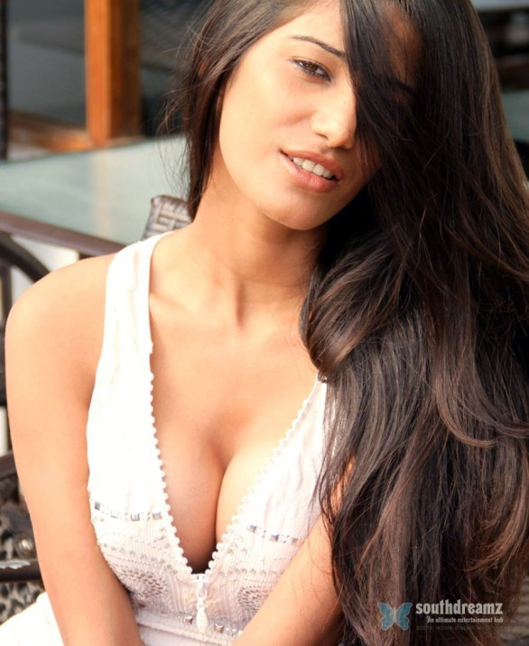 indian model poonam pandey bikini photos 13 586x716 Poonam Pandey applauds Sehwag by dedicating her bikini video
