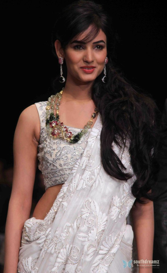 Sonal Chauhan Ramp Walk At IIJW day 3 show 4th pics 2 586x957 Sonal Chauhan to debut as singer