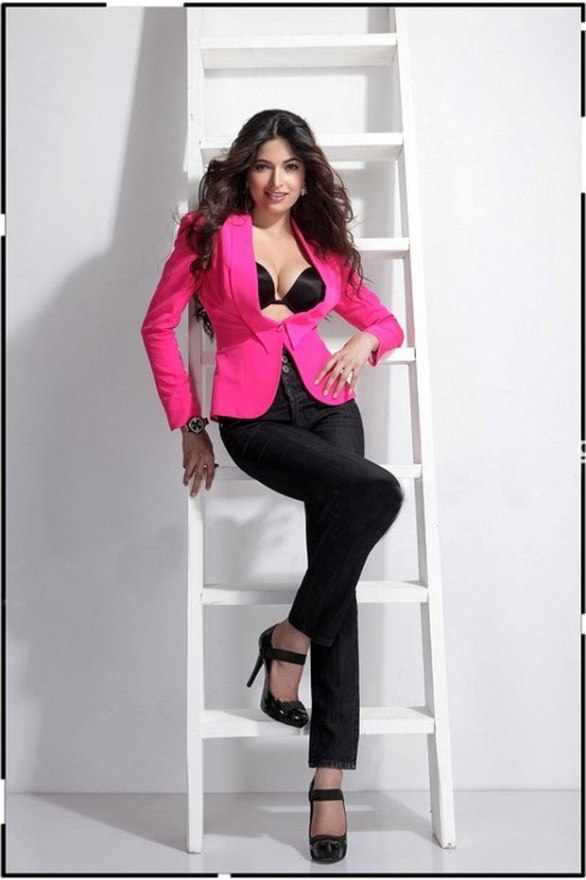 parvathy hot photo shoot photos 12 586x880 Billa 2   Parvathy Omanakuttan hot stills