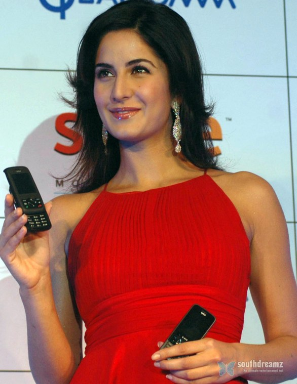 Katrina Kaif 3G Spice Launch 4 586x759 Katrina Kaif, Priyanka Chopra, Deepika Padukone getting red and hot